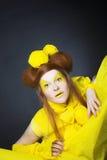 Flicka i guling. Arkivfoto