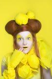 Flicka i guling. Royaltyfri Foto