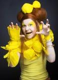 Flicka i guling. Arkivbild
