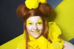 Flicka i guling. Arkivbilder