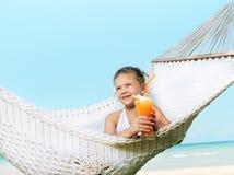 Flicka i hängmattan på stranden Royaltyfri Fotografi