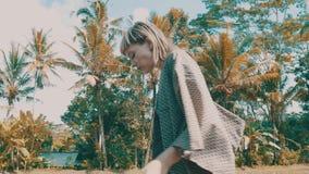 Flicka i härliga risfält arkivfilmer