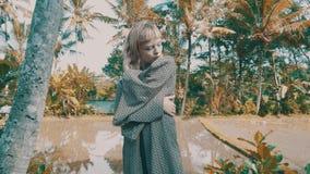 Flicka i härliga risfält stock video