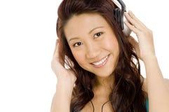 Flicka i hörlurar arkivbild