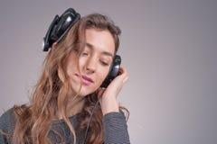 Flicka i hörlurar Arkivbilder