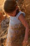 Flicka i höstbygd fotografering för bildbyråer