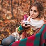 Flicka i höstskog Arkivfoto