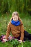 Flicka i höstskogen arkivfoton