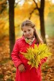 Flicka i höstskogen royaltyfri foto
