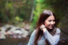 Flicka i höstskogen Arkivbilder