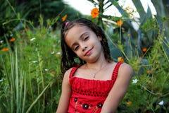 Flicka i halv kropp i trädgården Royaltyfri Fotografi