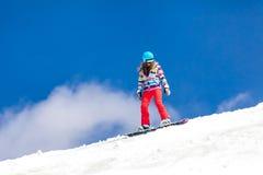 Flicka i handling-snowboarding Arkivfoton