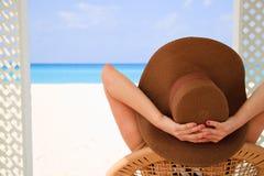 Flicka i hatt på stranden Fotografering för Bildbyråer