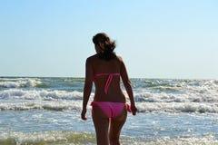 Flicka i havet, stor våg som plaskar, simning, glädje, royaltyfri bild
