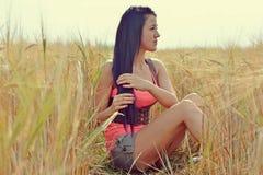 Flicka i havrefält Arkivbild