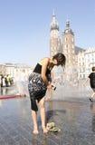 Flicka i hoad sommardag Fotografering för Bildbyråer