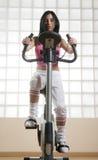 Flicka i idrottshallen Arkivbild