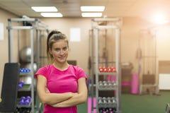 Flicka i idrottshallen Fotografering för Bildbyråer