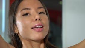 Flicka i idrottshallen långsam rörelse stock video