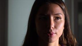 Flicka i idrottshallen långsam rörelse lager videofilmer
