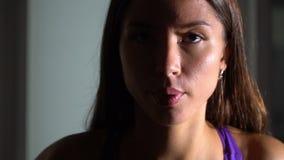 Flicka i idrottshallen långsam rörelse arkivfilmer