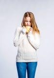 Flicka i jeans och tröjan, ung kvinna, studioskott Royaltyfri Bild