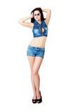 Flicka i jeanskortslutningar royaltyfri fotografi