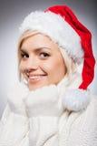 Flicka i jultomtenhatt. Royaltyfria Bilder