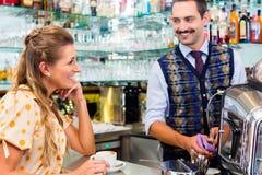 Flicka i kafé eller cafeteria som flörtar med barista Arkivfoton