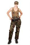 Flicka i kamouflage med ett kassettbälte som står med händer på höfter bakgrund isolerad white Royaltyfri Foto