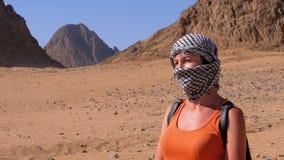 Flicka i Keffiyehen i öken av Egypten lager videofilmer