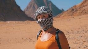 Flicka i Keffiyehen i öken av Egypten stock video