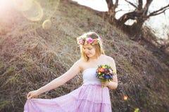Flicka i klänning med prickar arkivfoton