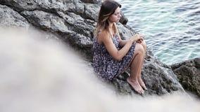Flicka i klänning på stenar Royaltyfria Foton