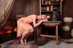 Flicka i klänning sovande i en livsmedelsbutik Royaltyfri Bild