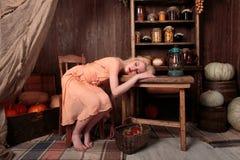 Flicka i klänning sovande i en livsmedelsbutik Arkivbilder