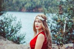 Flicka i klänningsammanträde vid sjön arkivbilder
