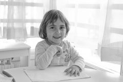 Flicka i klassrum Fotografering för Bildbyråer