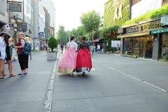 Flicka i koreansk traditionell klänning på Insadong, Seoul i Sydkorea fotografering för bildbyråer