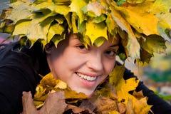 Flicka i kran av leaves Royaltyfri Foto