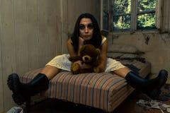Flicka i kusligt rum Arkivfoton
