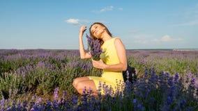 Flicka i lavendelfält i guling arkivbilder