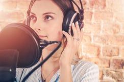 Flicka i ljudsignalinspelningstudio royaltyfria foton
