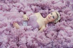 Flicka i ljus - rosa färgklänning arkivbild