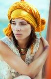 Flicka i ljus turban Arkivbild