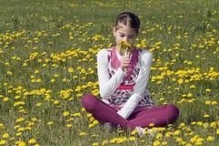 Flicka i lukta för blomningäng Royaltyfria Bilder