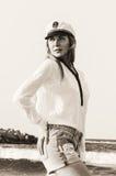 Flicka i marin- stildräkt arkivbilder