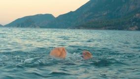 Flicka i maskeringsdykning Behandla som ett barn flickasimning och dykning under sommarferier lager videofilmer