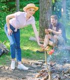 Flicka i mat för matlagning för sugrörhatt på lägereldnaturbakgrund Tippar varje campare bör veta om lägereldmatlagning arkivfoto