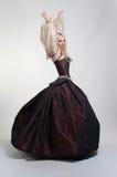 Flicka i medeltida klänning Arkivbilder